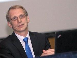Министър Денков: 1/3 от началниците в образованието са ангажирани с партийна дейност