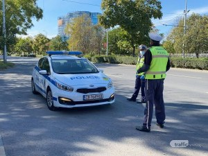 Полицаи спират порше на възлов булевард, неадекватният водач опитва да избяга и заплашва с уволнение