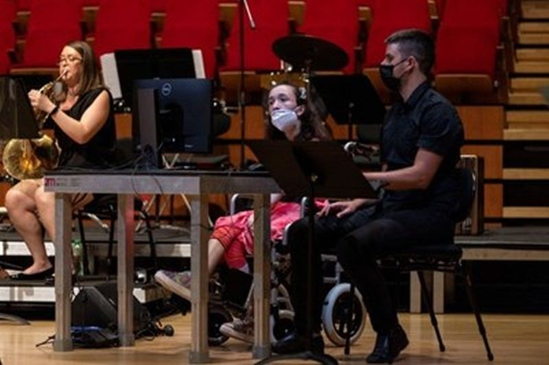 Студентка в инвалидна количка свири на арфа с очи