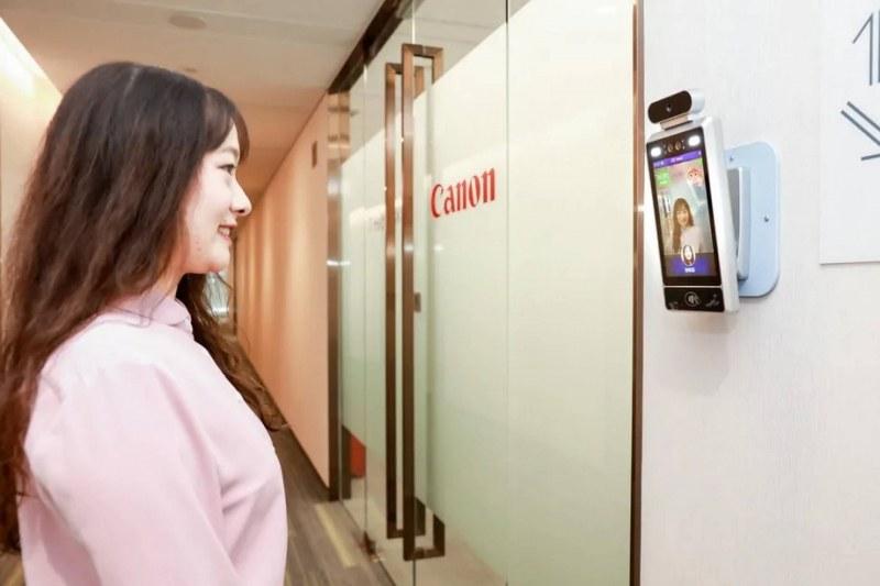 Камера с изкуствен интелект пуска само усмихнати служители в офисa