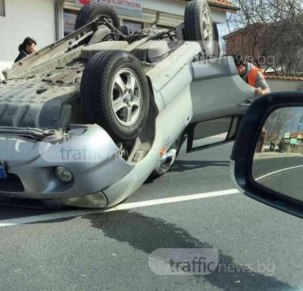 Кола се обърна по таван край Първомай, жена пострада