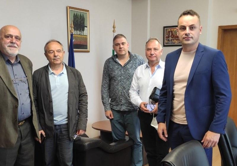 Нагледно! Зам.-министър от БСП с пиар акция за червени кандидат-депутати от Пловдив
