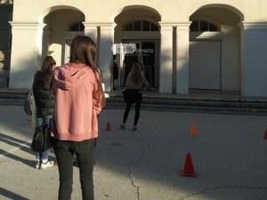 Вандал хвърли яйце по пловдивски ученици, докато решават матурата по математика
