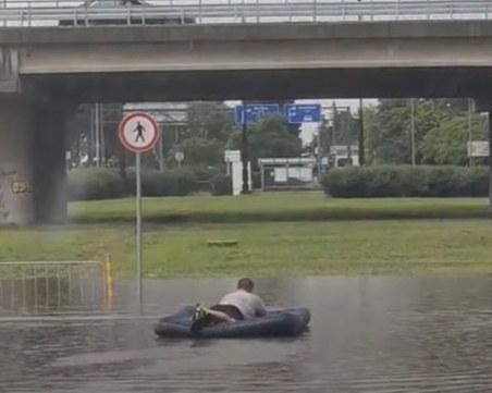 Бургазлия се пусна с дюшек на наводнено кръстовище