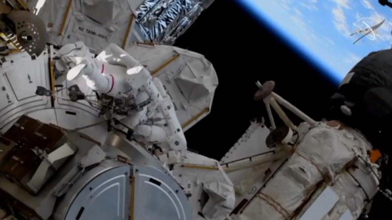 Двама астронавти са в открития космос, за да монтират слънчеви панели на МКС