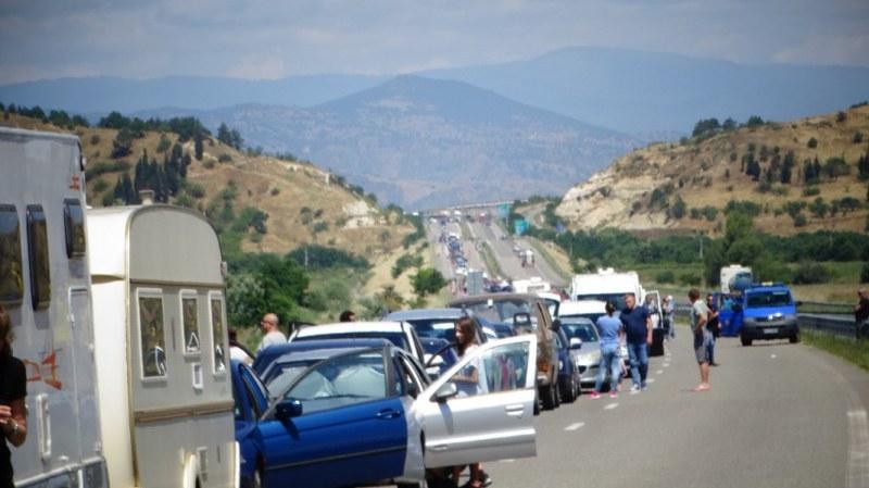 Окупацията на Кулата продължава! Стотици чакат за гръцко море