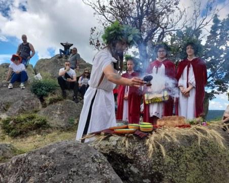 Младежи поднесоха дарове за здраве на Празника на слънцето край Брезово