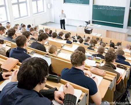 Около 50% от приетите студенти се отказват от университета след 1-ви курс