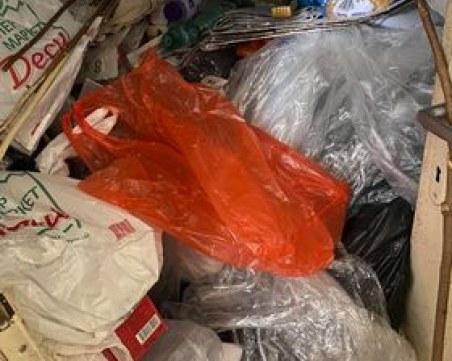 Жена вегетира под тонове боклуци в дома си в Марково, опитите да й се помогне - неуспешни