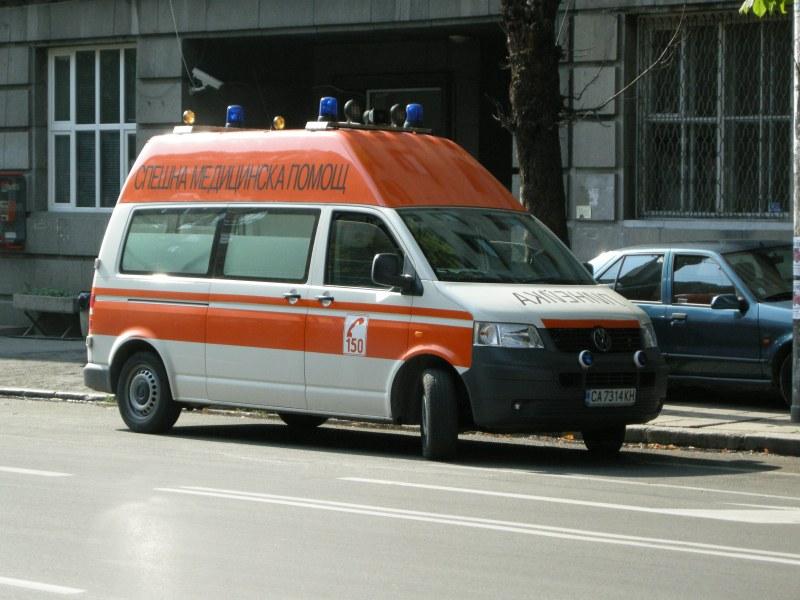 Протест пред болницата в Сливен след случая с починалото момиче