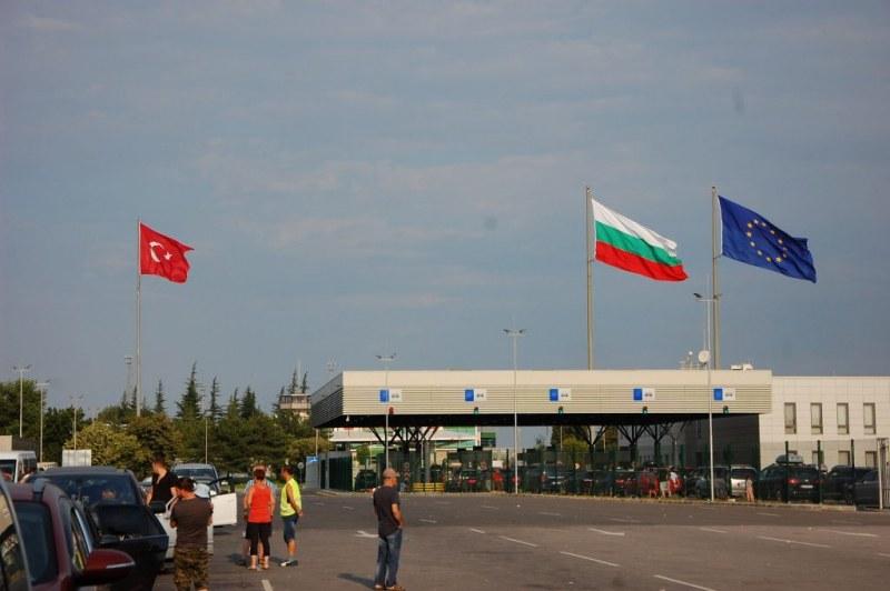 Митничари хванаха двама на границата с недекларирани евро и лири на стойност 2 млн. лева