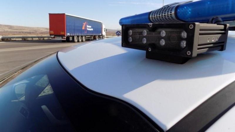 Товарен автомобил с дървени трупи се обърна на АМ Марица
