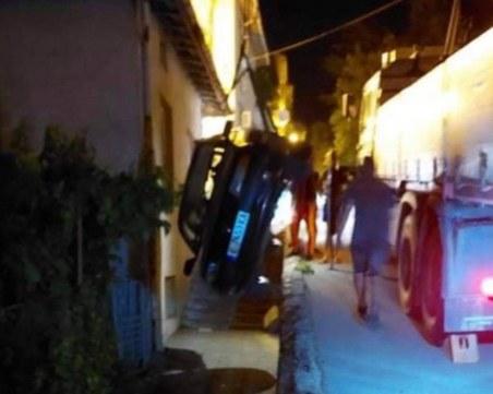 Нелеп инцидент! Кола се обърна по стълби и се заклещи в дупка