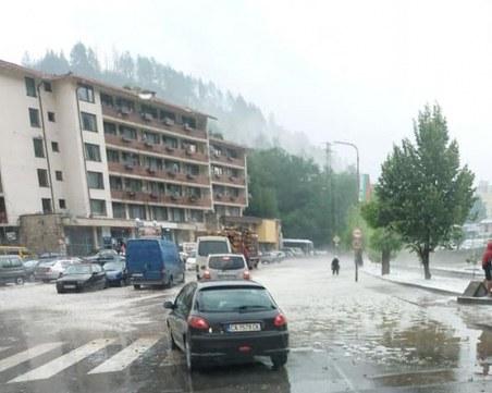 Градушка удари Мадан, улиците се наводниха