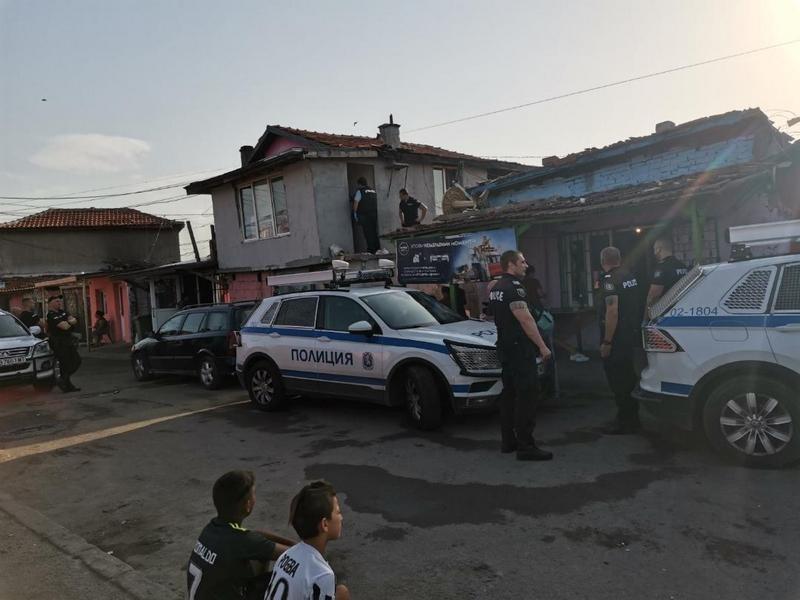 Арестуваха девет души в Бургас за купуване на гласове