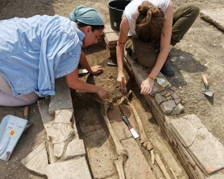 Четири погребения, фрагменти от стенописи и оловен печат откриха археолози в Пловдив