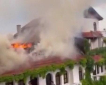 Гори хотел край Созопол, евакуираха посетителите