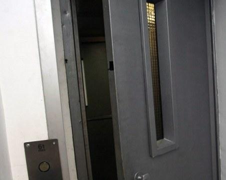 23-годишно момче почина, затиснато от хладилник в асансьор