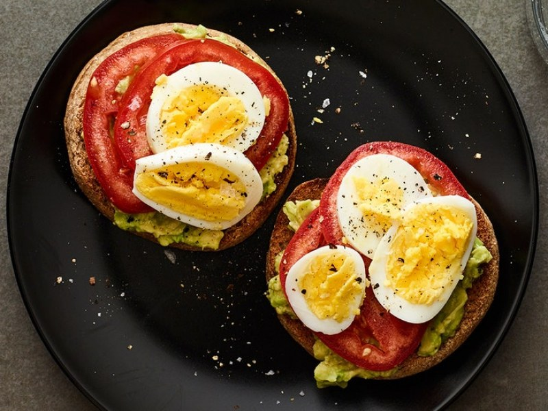 Сандвичи с паста от авокадо, домати и яйце