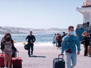 Наложиха полицейски час на Миконос, туристите напускат
