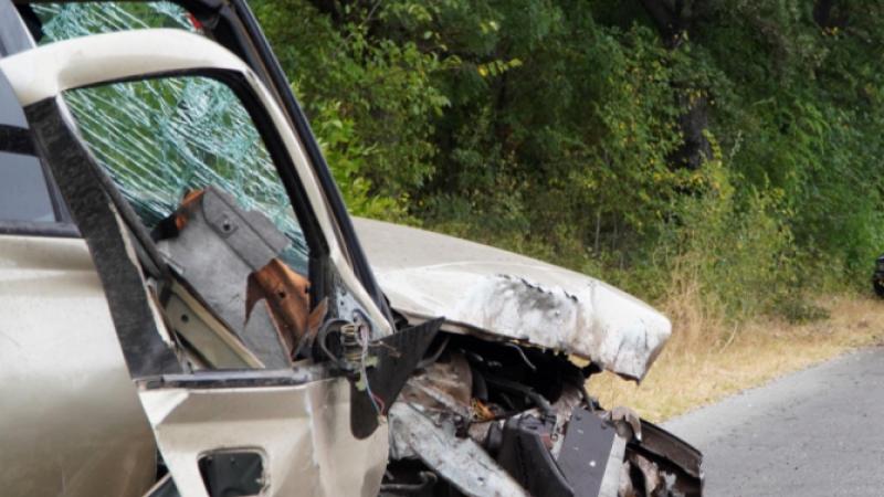 Пиян шофьор се блъсна последователно в паркирал автомобил и дърво в Кричим