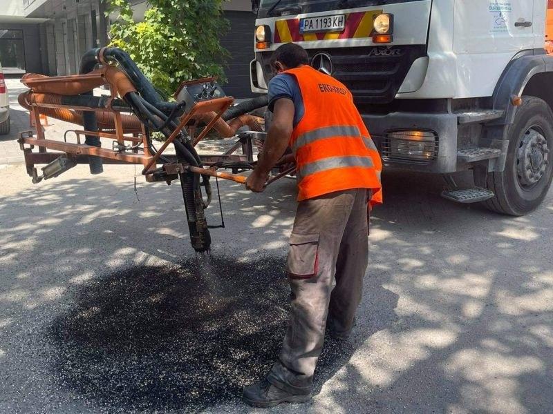 Продължават ремонтите на улици в
