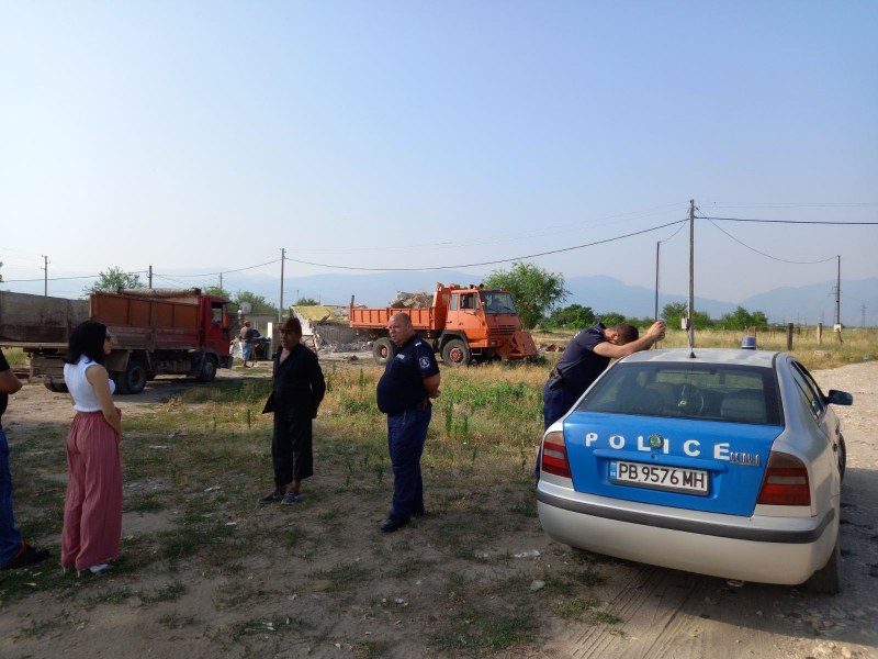 Кметът Мараджиев проведе акция по събарянето на незаконни постройки