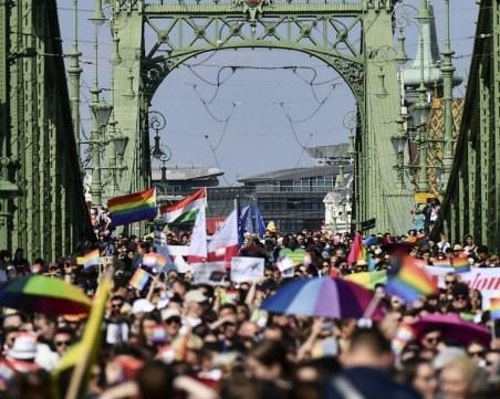 Хиляди се включиха в гей парада в Будапеща, Орбан ще откаже помощ на ЕС, ако оспорят закона