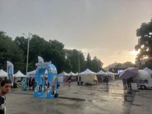 Дъждът хвана неподготвени хората в центъра на Пловдив, скри ги под сушина - опразни Главната