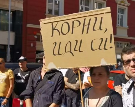 """""""Корни, иди си!"""" - протест пред централната на БСП, сред недоволните и пловдивски социалисти"""