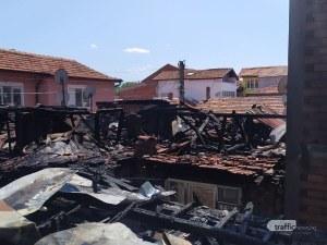 Пожар изпепели 4 къщи в Шекера – полиция охранява пожарникарите заради местните жители