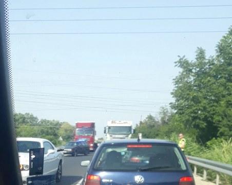 Отново тапа на Околовръстно, закъсал камион блокира движението