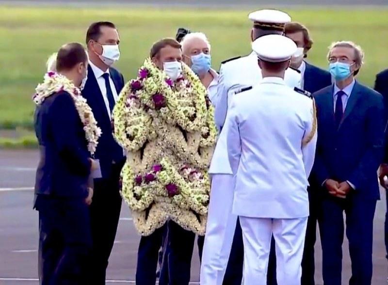 Затрупаха Макрон с цветни гирлянди във Френска Полинезия