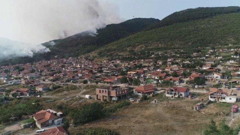 Големият горски пожар край Твърдица още не е овладян, разраства се