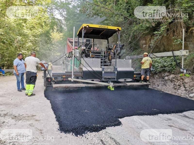 Началото на края на десетилетната сага! Полагат асфалта на най-разбития път край Пловдив