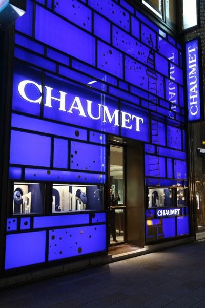 Въоръжен ограби парижка бижутерия и избяга на тротинетка с накити за над $2 млн