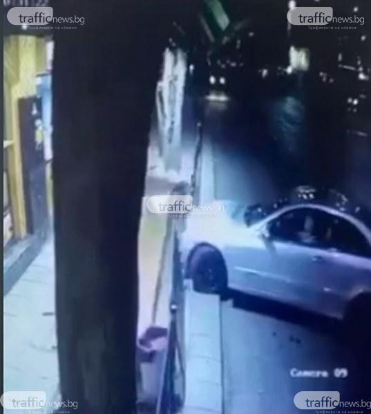 Зрелищно! Мерцедес връхлетя дюнерджийница в центъра на Пловдив, мъж се отърва на косъм