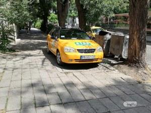 Ей така се спира в Пловдив – на тротоар, за да сме на сянка