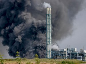 Няма изтичане на отровни вещества след взрива в завод в Леверкузен