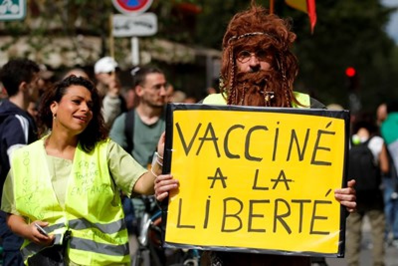Десетки хиляди протестираха във Франция срещу здравните пропуски