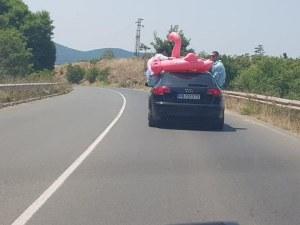 И замириса на море: Джапанките в сака и розово фламинго върху колата