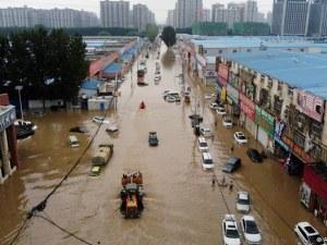 Жертвите на наводненията в Китай вече са над 300
