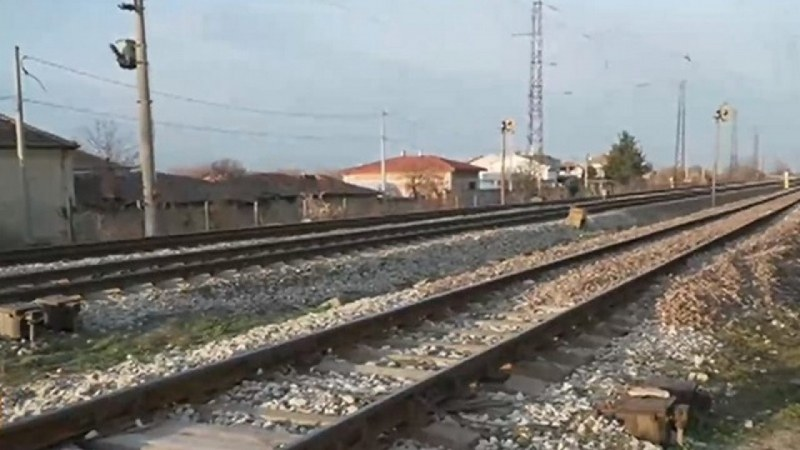 Влак помете автомобил на жп прелез край Сливен, има загинал