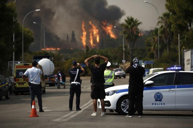 Гърция: Голям пожар спря движението по основна магистрала за Атина