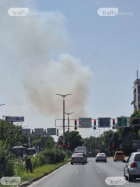 Голям пожар на изхода на Пловдив, кълбета дим се носят от Пазарджишко шосе