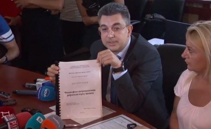 Пламен Николов показа дипломите си, но не каза министрите си