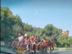 Пловдив ми е Мумбай: 15 души се метнаха на каруца в Кършияка, засичат коли по булевард