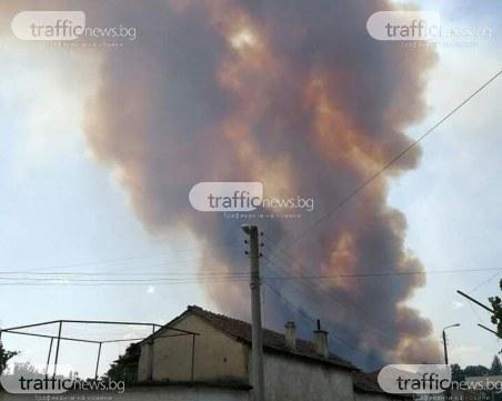 Голям пожар в пловдивско село на метри от къщите