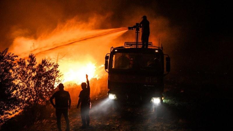 Опасно: Пожарите в Турция достигнаха до електроцентрала
