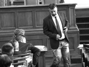 Ива Митева смъмри Филип Станев за раздърпаните дънки